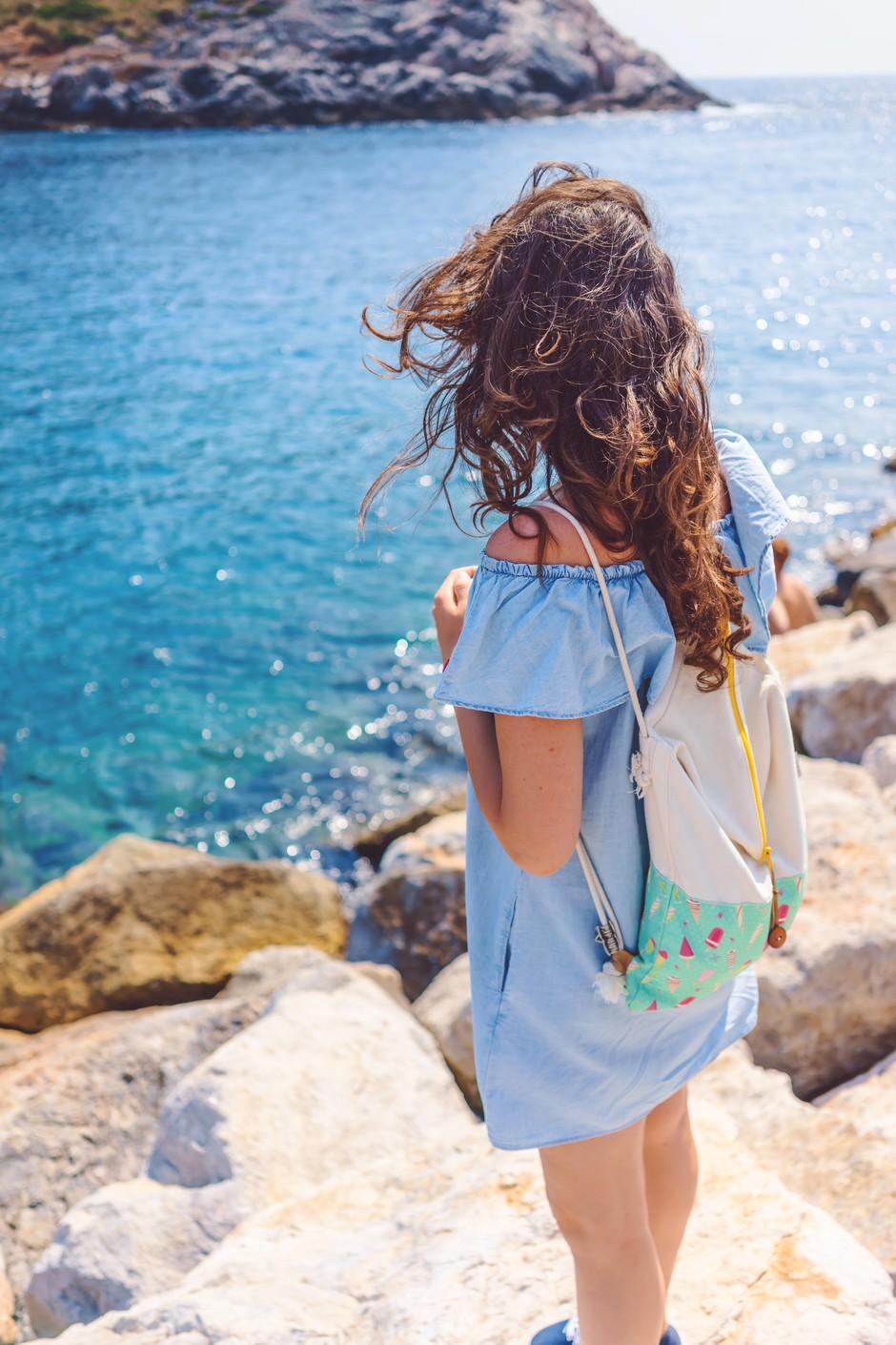 Lepotni trik, ki te bo rešil mastnih las (na potovanju) (foto: Unsplash.com/Alessio Lin)