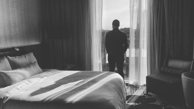 """""""Mojega zakona je konec in osamljenost me ubija!"""" (iskrena izpoved moškega) (foto: Unsplash/Jon Tyson)"""