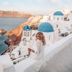 To je Santorini. Lani so na tem grškem otoku svoje počitnice preživele Indira Ekić, Ajda Sitar, Vanesa Štefanovski, Adrijana Dimec, Iryna Osypenko in druge. Zakaj? Preveri 5 razlogov, zaradi katerih se boš v Santorini zaljubila tudi ti -> (foto: Instagram/ajdasitar)