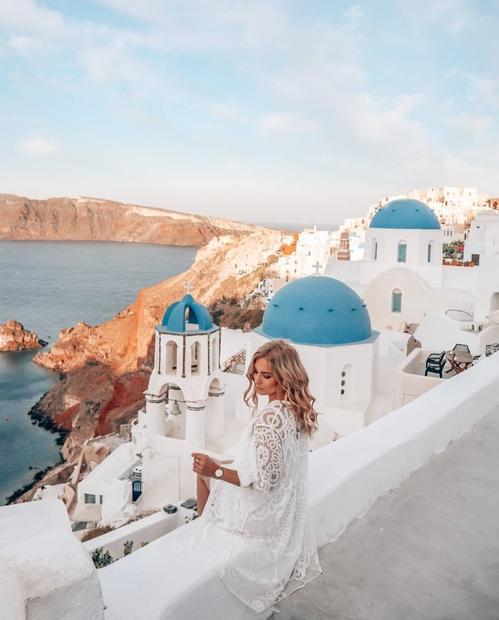 """Zdaj verjetno razmišljaš: """"Poletja je že skoraj konec, vi mi pa šele zdaj naštevate razloge, zakaj bi morala obiskati Santorini?"""" ..."""