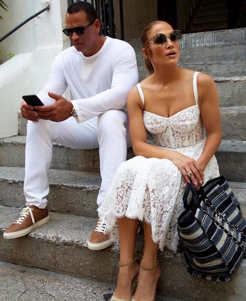 Eno izmed oblek (mimogrede, bela čipkasta oblekica je 'must' modni kos tega poletja), ki je požela največ navdušenja, je J.Lo ...