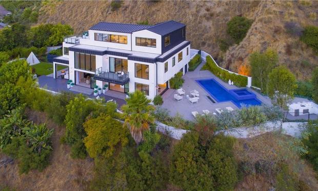 Posestvo v velikosti skoraj 517 kvadratnih metrov, ki se nahaja v priljubljeni četrti Hollywood Hills ...