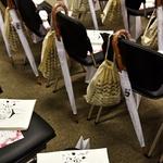 Obiskovalke so na sedežih pričakala bogata darila pokroviteljev. (foto: Igor Zaplatil)