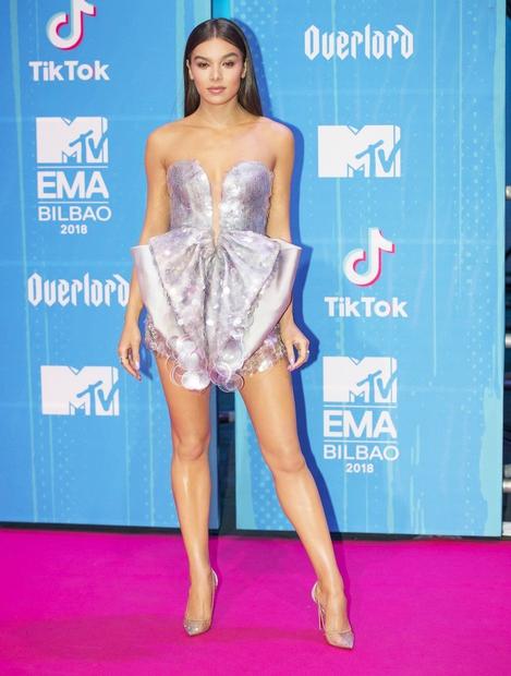 Hailee Steinfeld je večino zbranih navdušila s pajacem blagovne znamke Armani Prive. V bleščice se je odela tudi Nicki Minaj. ...