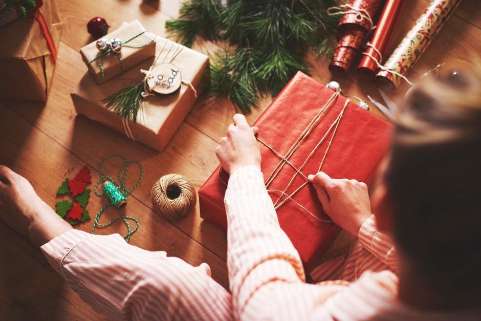 TOP trik, s katerim boš darilo zavila v manj kot 30 sekundah (foto: Profimedia)