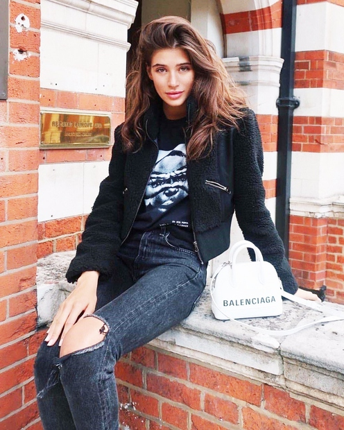 Modni oblikovalci so svoje kolekcije za pomlad-poletje 2019 okronali z džinsom tisočerih oblik. Od osnovnih hlač do oblek, kril, pajacev …