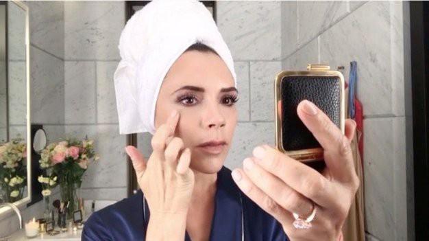 Poglej, kaj se v resnici zgodi, ko podlago na obraz naneseš s prsti (foto: Profimedia)
