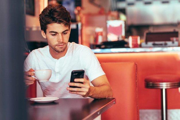 Psihologi razkrivajo: Kaj v resnici pomeni, ko bivši všečka tvoje fotografije? (foto: Shutterstock)