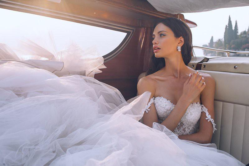 Pozabi na tradicionalno poročno obleko! Letos vse trendi neveste nosijo TO (čudoviiiito je!) (foto: Unsplash/Orlova Maria)