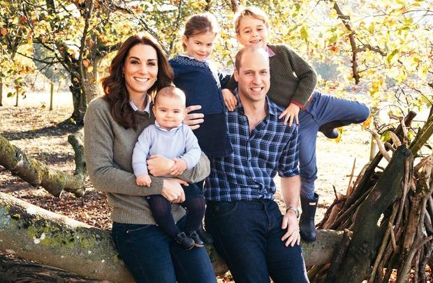 Najmlajši član družinice Kate in Williama danes praznuje svoj prvi rojstni dan. Ob tej posebni priložnosti sta njegova starša objavila …