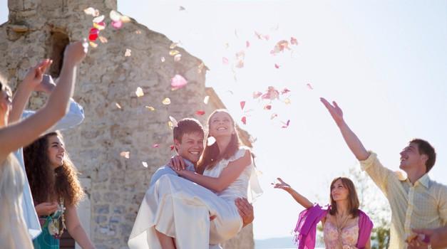 Instagramerke so se to poročno sezono zaljubile v TE oblekce (želela jih boš imeti) (foto: Profimedia)