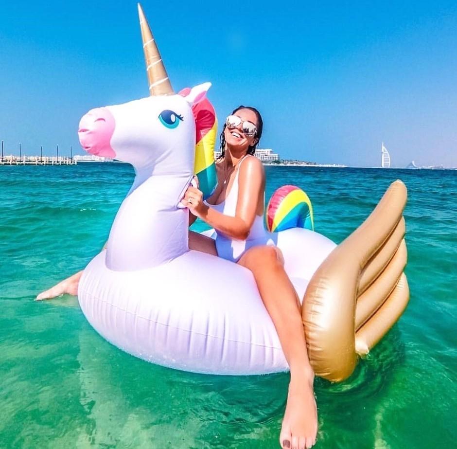 Po napihljivih samorogih in flamingih, letos vsa 'it dekleta' kupujejo TO blazino (foto: Profimedia)