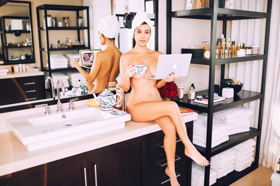 Kourtney Kardashian razkrila svojo SKRIVNOST za raven trebuh in noge BREZ celulita (za samo 3€) (foto: Profimedia)