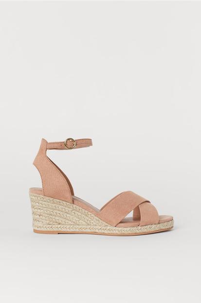 Da, zagotovo si že ugotovila, da govorimo o sandalih s polno peto. Ker so maxi obleke predvsem poletna izbira, je …