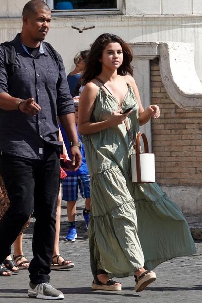 Obleka, ki jo je pevka kupila v Zari, je res več kot popolna izbira tudi za na potovanja, saj deluje …