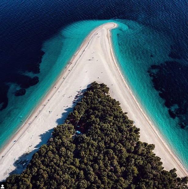 Gre za plažo Zlatni rat na hrvaškem otoku Brač, ki vsako leto privablja vedno več turistov iz vsega svet. Otok …