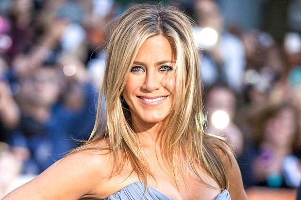 Jennifer Aniston najverjetneje poznaš po njeni kultni pričeski, ki jo je igralka nosila v seriji Prijatelji - po daljšemu bobu, …