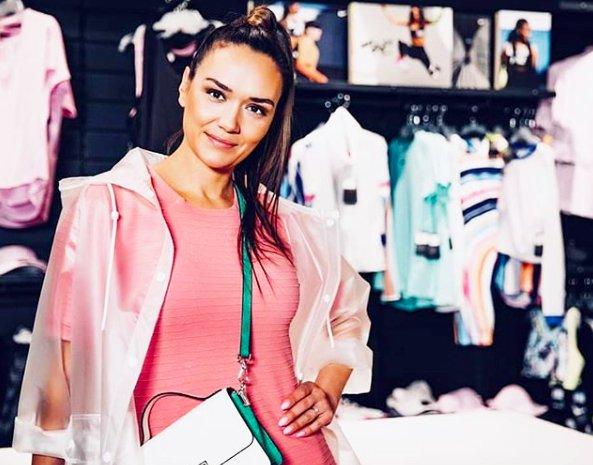 KAJ?!? 😳 Alenka Košir s čisto kratkimi lasmi? JA! Poglej si jo TUKAJ 👇🏼 (foto: Instagram.com/alenkakosir)