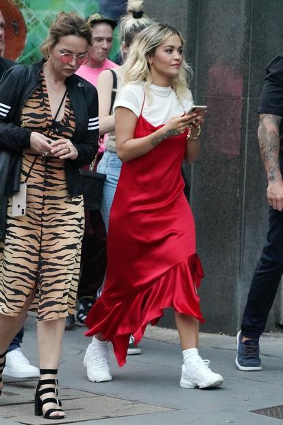 … preko drugih kosov oblačil, kot je to storila Rita Ora. Poimenovanje slip obleke danes zajema vse možne dolžine, materiale …