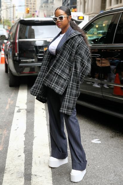 Kako boš videti kot #BossLady, prava šefica? Svoj hlačni kostim nadgradi s karirasto srajco! Pevka H.E.R. nas je navdušila! Poglej, …